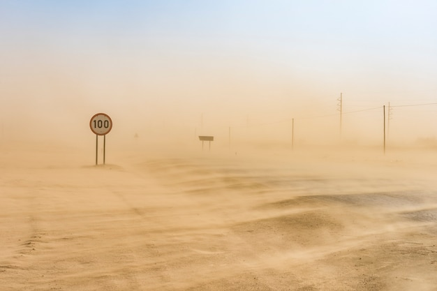 Tempestade de areia que cobre a estrada de swakopmund a walvis bay na namíbia na áfrica.