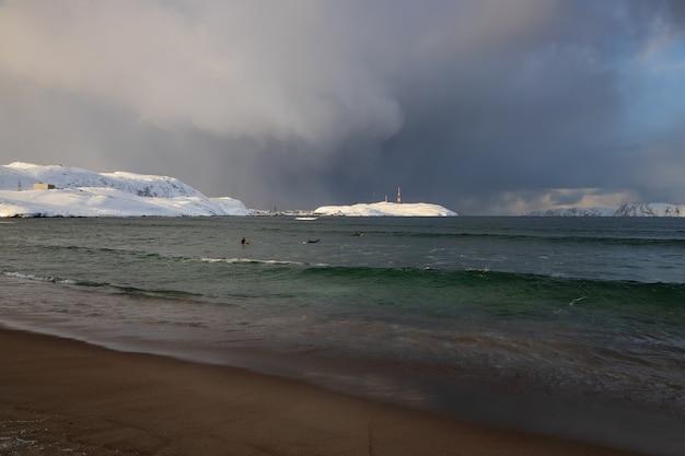 Tempestade de neve iminente na costa do mar de barents, na península de kola teriberka, rússia