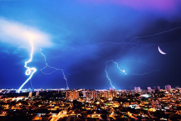 Tempestade de raios na cidade