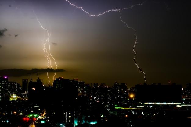 Tempestade de trovões à noite na cidade