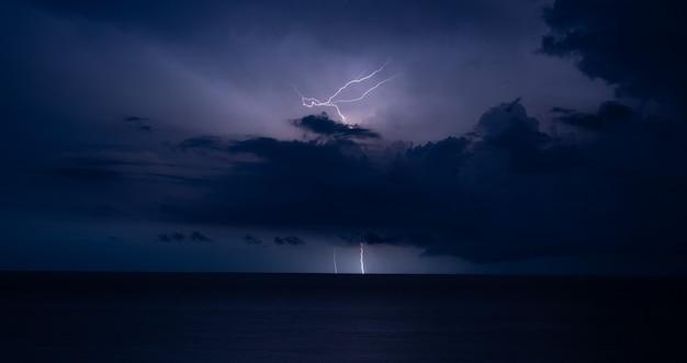 Tempestade de trovões e relâmpagos no mar