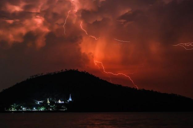 Tempestade de trovões sobre montanhas e rio