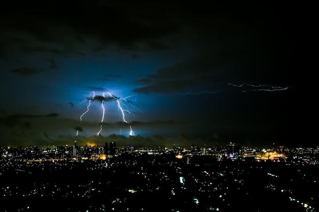Tempestade dramática na cidade à noite