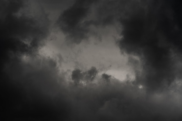 Tempestade dramática no céu ao anoitecer, tempo chuvoso e nublado. fundo de meteorologia natural. movimento borrado, foco suave. imagem do cenário cloudscape pronta para o projeto, substitua o céu no editor de fotos.