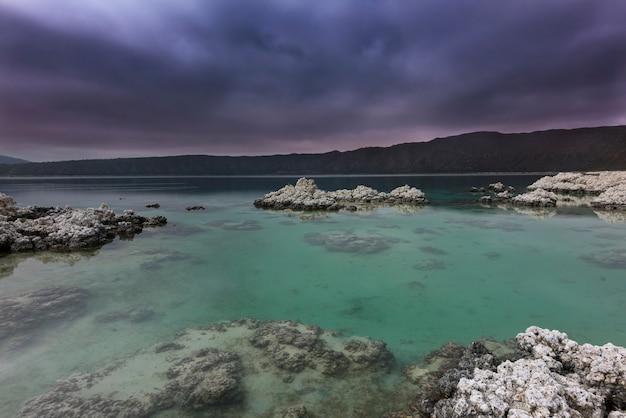Tempestade no horizonte no lago