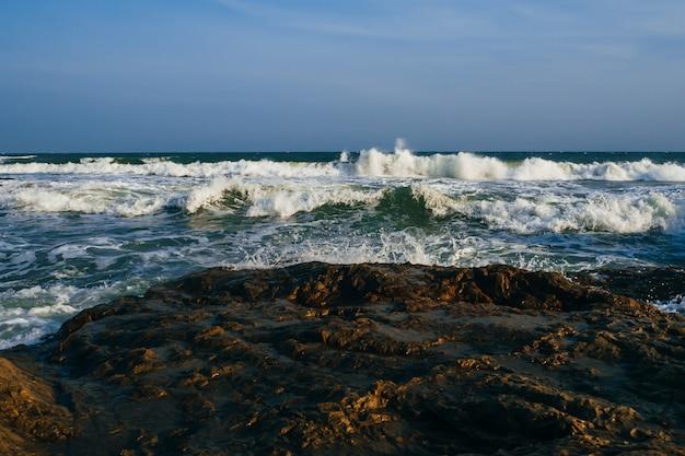Tempestade no mar com ondas fortes em um dia nublado