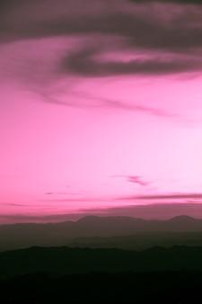 Tempestade nublada roxa com fundo de espaço de cópia