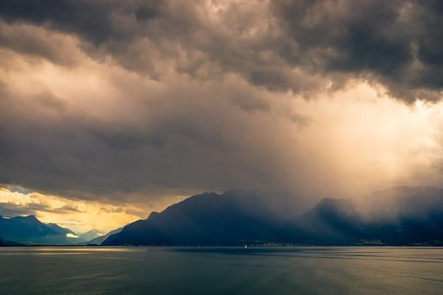 Tempestade passando sobre o lago de genebra, na suíça