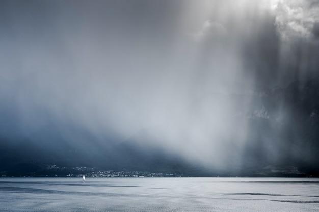Tempestade passando sobre o lago genebra