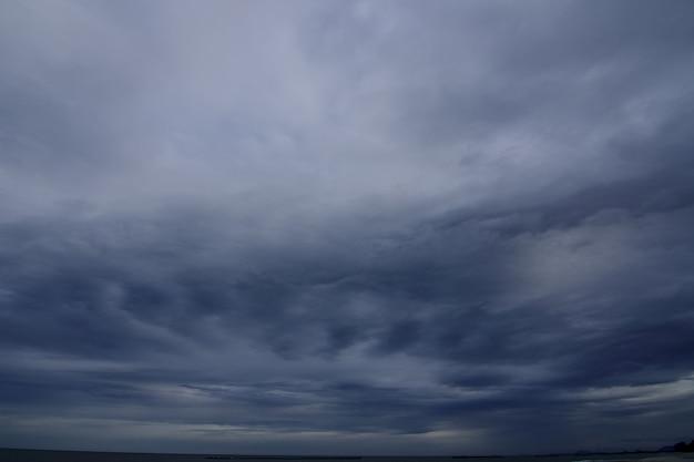 Tempestade uma condição climática com vento forte e chuva forte está se formando no oceano.