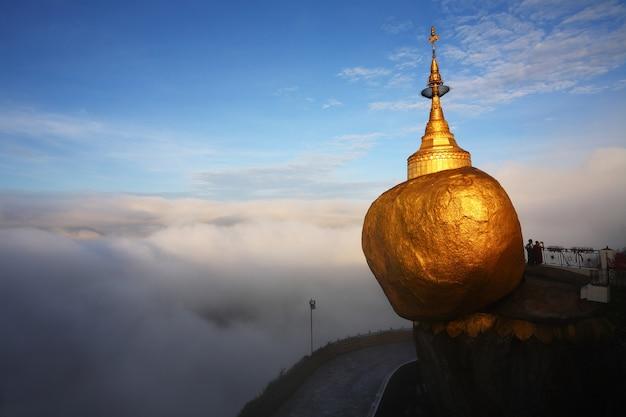 Templo acima do mar de nuvens