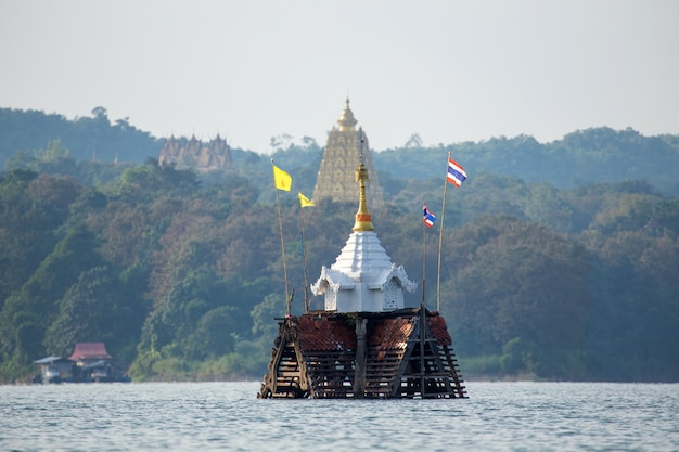 Templo afundado e torre sineira em sangkhlaburi, kanchanaburi, tailândia