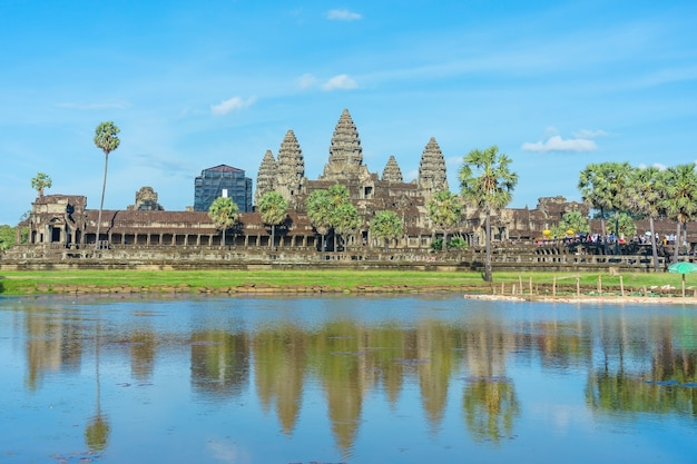 Templo antigo angkor wat através do lago. siem reap, camboja