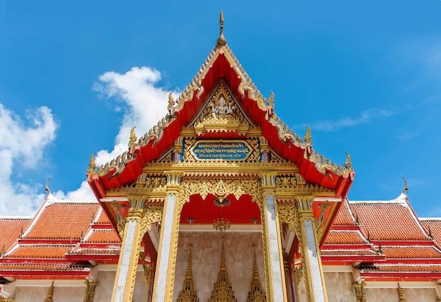 Templo antigo bonito em tailândia contra o céu azul.