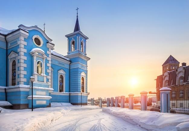 Templo azul da igreja da exaltação da santa cruz em kazan ao pôr do sol no céu