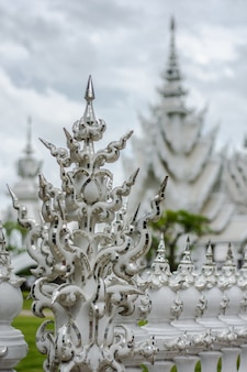 Templo branco ornamentado bonito localizado em chiang rai tailândia do norte. wat rong khun.