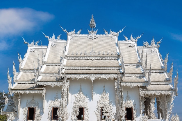 Templo branco (wat rong khun) em chiang rai, tailândia
