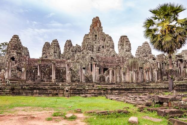 Templo budista antigo do khmer em angkor wat, camboja.