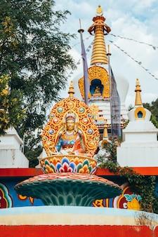 Templo budista dag shang kagyu em panillo huesca aragão espanha