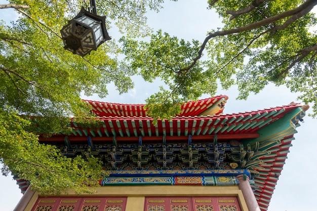 Templo chinês com folha verde