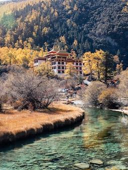 Templo chonggu com floresta de pinheiros e rio esmeralda no outono