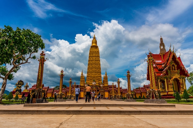 Templo com pagode e céu azul na luz do dia