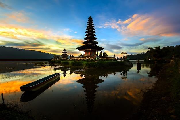 Templo da água de pura ulun danu bratan em indonésia.