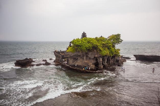 Templo da água de tanah lot. turismo exótico. o resto do equador. bali, indonésia