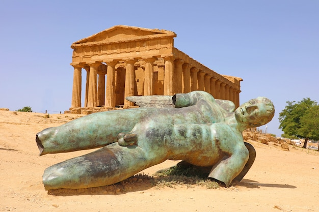 Templo da concórdia e a estátua de ícaro caído, no vale dos templos, agrigento, sicília, itália