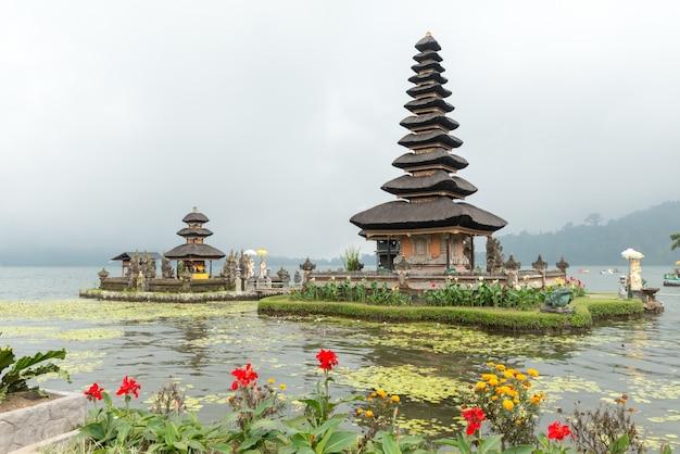 Templo de água no lago bratan