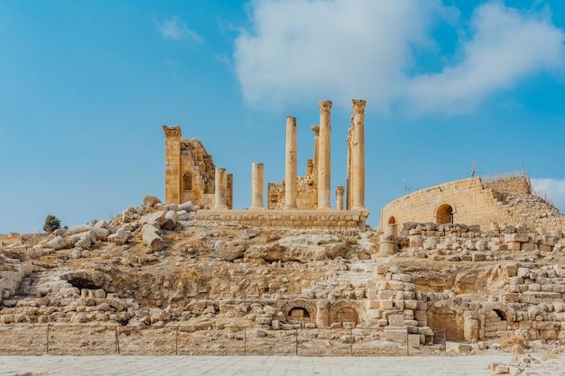 Templo de artemis na antiga cidade romana de gerasa, jerash predefinido, na jordânia.