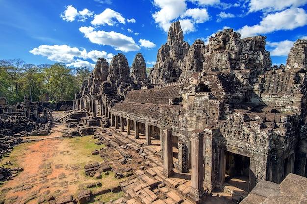 Templo de bayon com faces de pedra gigantes, angkor wat, siem reap, camboja.