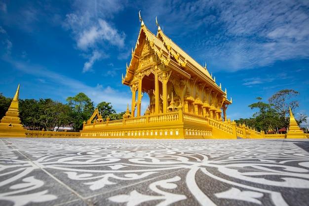 Templo de cor dourada bela arquitetura artística em wat pluak ket rayong, tailândia