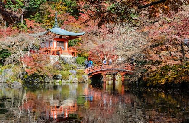 Templo de daigo-ji com cor de outono de árvores em kyoto, japão