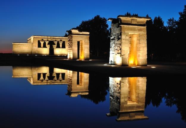 Templo de debod na hora azul, madrid, espanha