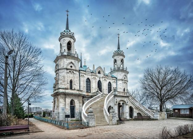 Templo de estilo gótico na vila de bykovo