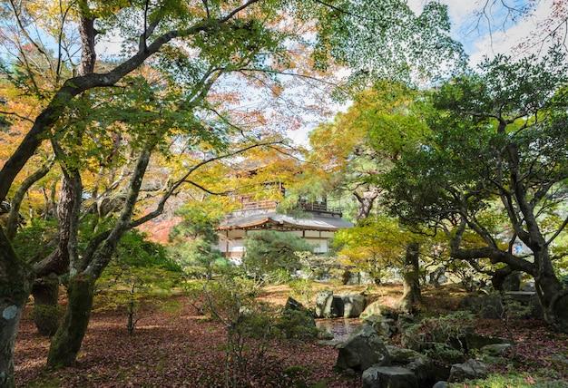 Templo de ginkakuji com cores de outono em kyoto, japão