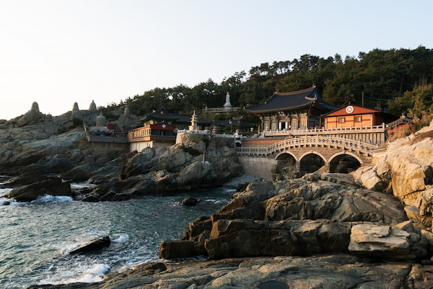 Templo de haedong yonggungsa na manhã em busan, coreia do sul.