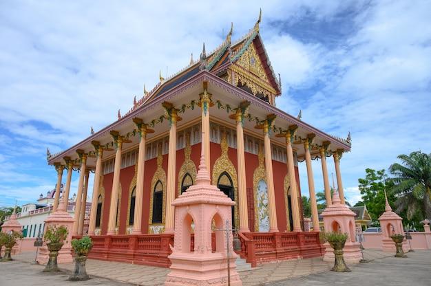 Templo de kaew phichit. atração famosa do marco do turista na província de prachinburi, tailândia.
