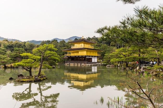 Templo de kinkakuji de pavilhão dourado em kyoto, japão