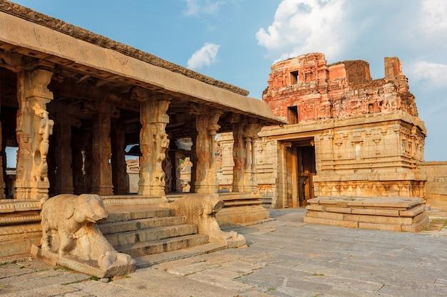 Templo de krishna e torre gopura hampi karnataka índia