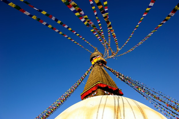 Templo de pagode de boudhanath com muita bandeira colorida em kathmandu, nepal