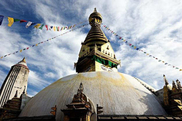 Templo de pagode de boudhanath sob o céu nublado em kathmandu nepal