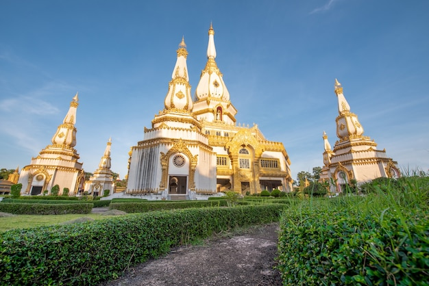Templo de phra maha chedi chai mongkol, templo público e famoso, roi et tailândia