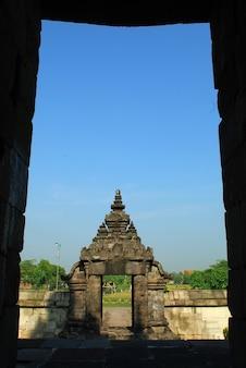 Templo de plaosan com fundo de céu azul e templo hindhu central java indonésia