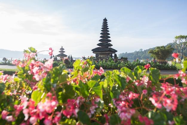 Templo de pura ulun danu beratan ao nascer do sol em bali, indonésia