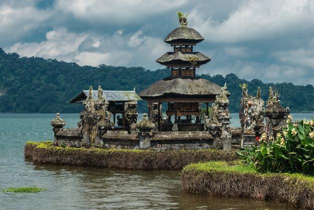 Templo de pura ulun danu bratan. lago bratan, bali, indonésia.