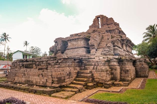 Templo de relíquia do reino de singasari na vila de tumpang, malang, indonésia