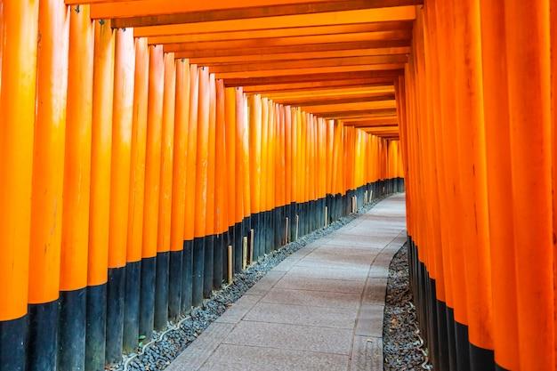 Templo de santuário de fushimi inari bonito em kyoto