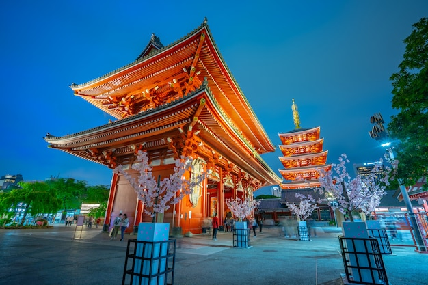 Templo de senso-ji à noite na cidade de tóquio, japão